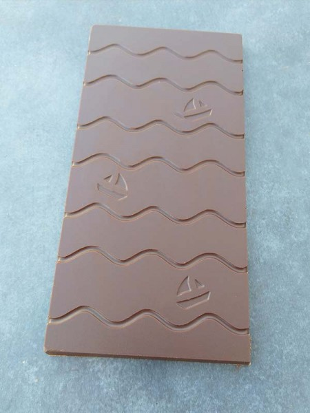 Schokoladentafel mit Wellen und drei Schiffen